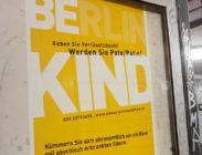 Plakat hängt im Berliner Untergrund